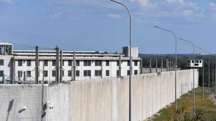 Dans une tribune, publiée mercredi 3 juin 2020, des personnalités, organisations professionnelles et associations appellent Emmanuel Macron à une politique de réduction du nombre de détenus. (PASCAL GUYOT / AFP)