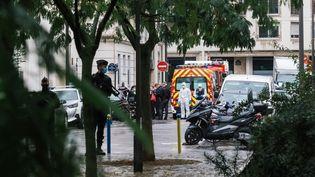 Des policiers et des secours a proximité du lieu d'une attaque à l'arme blanche à Paris, le 25 septembre 2020. (MARIE MAGNIN / HANS LUCAS / AFP)