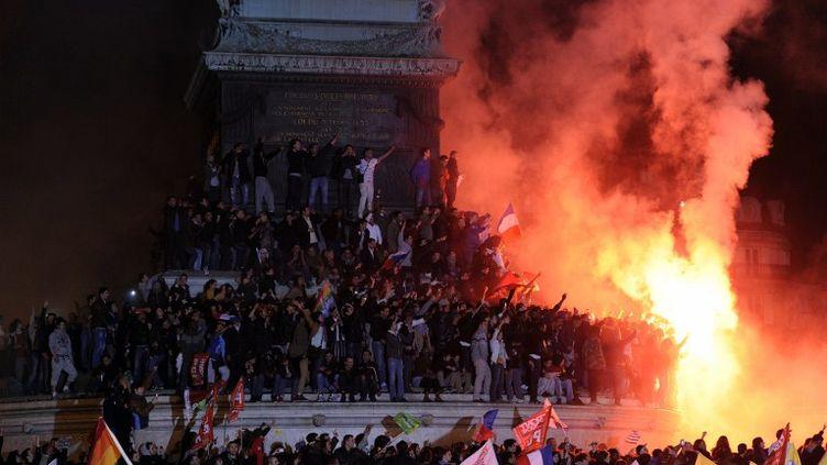 Des partisans de François Hollande rassemblés place de la Bastille à Paris, le 6 mai 2012. (BERTRAND GUAY / AFP)