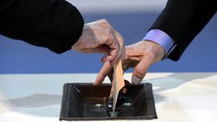 Les Français de l'étranger voteront de façon traditionnelle pour les élections législatives de juin 2017 et non par vote électronique, a annoncé lundi 6 mars 2017 le quai d'Orsay. (MAXPPP)