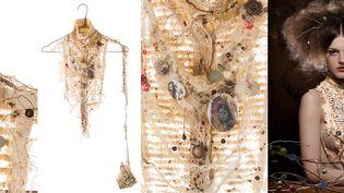"""Dans l'exposition """"Dentelle etc. ! Dalila Belkacemi s'estinspiré de Gustav Klimt pour cette parure qui emprunte au peintresymboliste autrichien sa grammaire stylistique: dorure, formes géométriques, richessedes détails, exaltation de la femmefatale…Ni tout à fait vêtement, ni tout à fait bijou. Lauréate du Grand Prix de la Création de laville de Paris en 2005, Lila est brodeuse,styliste-accessoires et plasticienne. (ELENA TYUTINA)"""