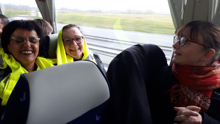 """Sabine (gauche), Marie-Ange et Rachida dans la bus qui les conduit de Lille à Paris où est organisé le rassemblement des """"gilets jaunes"""" samedi 24 novembre. (BENJAMIN ILLY / FRANCE-INFO)"""