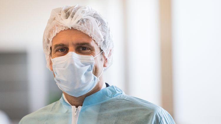 Emmanuel Macron visitel'usine de masquesde la PME Kolmi-HopenàAngers (Maine-et-Loire), le 31 mars 2020. (LOIC VENANCE / POOL / AFP)