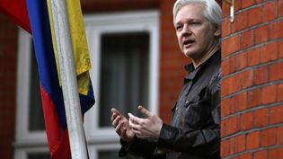 Le fondateur de WikiLeaks Julian Assange lors d'une allocution depuis le balcon de l'ambassade d'Equateur à Londres (Royaume-Uni), le 19 mai 2017. (DANIEL LEAL-OLIVAS / AFP)