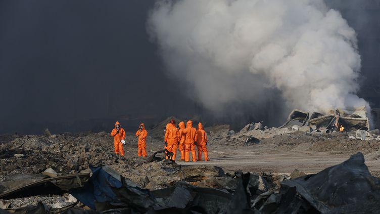 Des pompiers sur le site de l'explosion de Tianjin (Chine), le 13 août 2015. (CHINE NOUVELLE / SIPA)