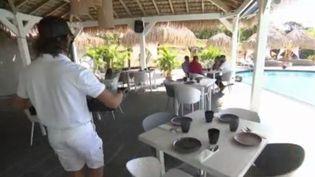 Désormais, pour se rendre aux Antilles, lesvoyageurs devront justifier d'un motif impérieux, selon les nouvelles mesures de restrictions annoncées par Jean Castex vendredi 29 janvier. C'est un nouveau coup dur pour les professionnels du tourisme, à quelques jours du début des vacances scolaires. (FRANCE 3)