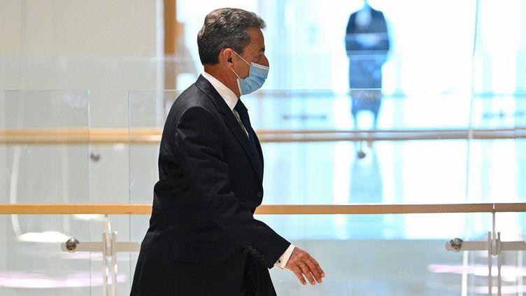Nicolas Sarkozy quitte le palais de justice de Paris, le 1er mars 2021. (ANNE-CHRISTINE POUJOULAT / AFP)