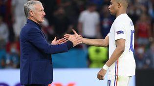 Didier Deschamps et Kylian Mbappé contre le Portugal, le 23 juin 2021. (FRANCK FIFE / POOL / AFP)