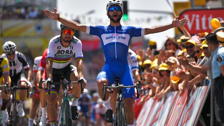 Le Colombien Fernando Gaviria célèbre sa victoire après la première étape du Tour de France, le 7 juillet 2018. (MARCO BERTORELLO / AFP)