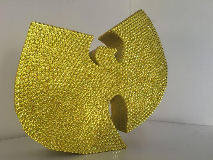 Le Logo du Wu-Tang Clan réalisé an cristaux Swarovski exposé au Wu Lab.  (DR)