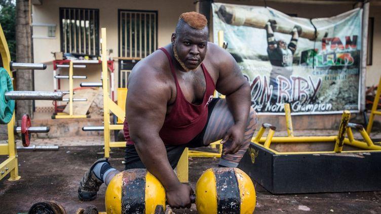 Cheick Ahmed Al-Hassan Sanou, alias Iron Biby, s'entraîne chez lui à Bobo Dioulasso, deuxième plus grande ville du Burkina Faso (photo d'archive prise le 24 septembre 2018). (OLYMPIA DE MAISMONT / AFP)