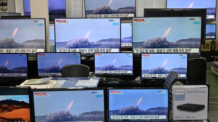 Des images de la télévision sud coréenne montreun test de tir ballustuque mené par la Corée du nord, le 25 mars 2021. (JUNG YEON-JE / AFP)