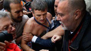 (Le DRH d'Air France, Xavier Broseta, chemise arrachée, a été évacué par le service d'ordre © REUTERS/Jacky Naegelen)