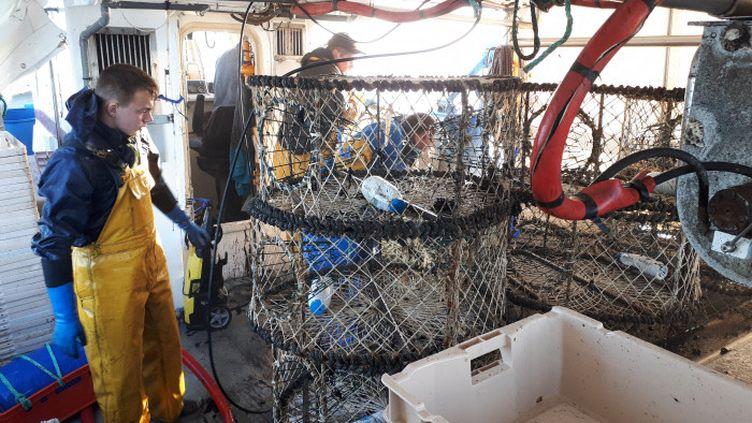 """Des pêcheurs, à Boulogne-sur-Mer, à bord du """"Corentin Lucas"""". (MATTHIEU DARRIET / FRANCE-BLEU NORD)"""