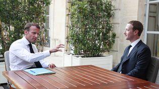 Emmanuel Macron et Mark Zuckerberg à l'Elysée, le 23 mai 2018. (CHRISTOPHE PETIT TESSON / AFP)