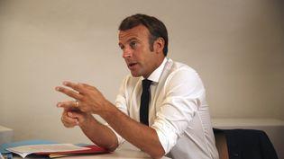 Emmanuel Macron s'exprime au début d'un Conseil de défense en visio-conférence, le 11 août 2020, depuis le fort de Brégançon (Var). (DANIEL COLE/AP/SIPA)