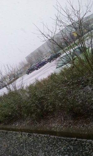 Un internaute capture les premiers flocons de neige tombés à Chartres (Eure-et-Loir), le 15 janvier 2016. (MANOUCH)