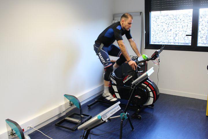 Raphaël Beaugillet s'échauffe sur un Wattbike avant de commencer l'entraînement.