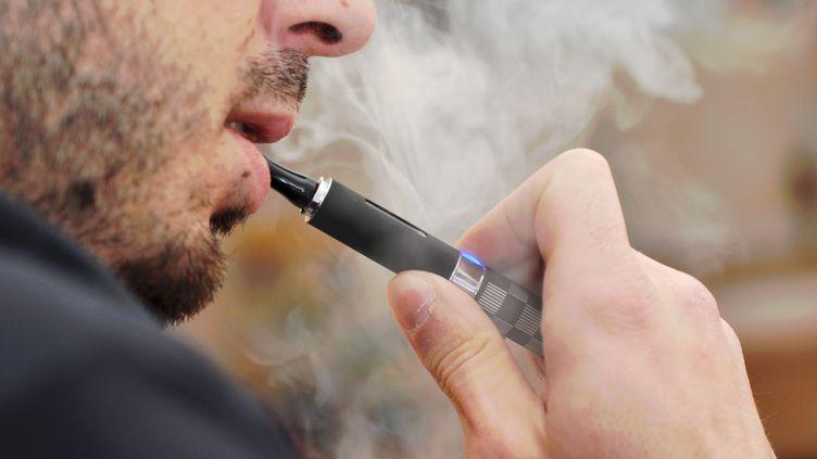 Près de 500 000 Français seraient désormais convertis à la cigarette électronique. (MARTINA PARANINFI / FLICKR RF / GETTY IMAGES)