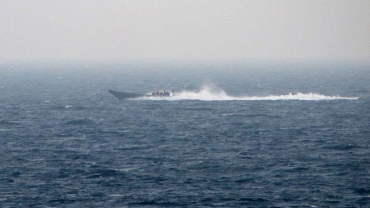 """Bateau """"Go fast"""" en cours d'interception en Méditerranée, le 9 juillet 2017. (HANDOUT / DOUANES FRANCAISES)"""