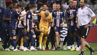 Navas félicité par ses coéquipiers du PSG (FRANCK FIFE / AFP)