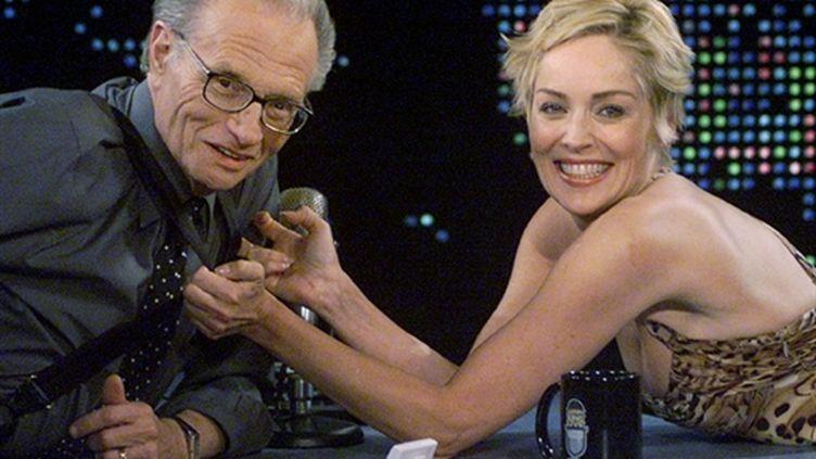 """Larry King et Sharon Stone sur le plateau du talk show """"Larry King Live"""", sur CNN, le 13 septembre 2003 (AFP / Rose M. Prousser)"""