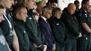 Le maire de Londres (au centre),Sadiq Khan, lors de la minute de silence observée le 6 juin 2017 dans la ville et le reste du pays. (ODD ANDERSEN / AFP)