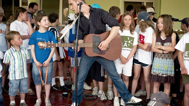 L'auteur-compositeur Guillaume Aldebert chante devant des élèves de l'école deNaisey-les-Granges (Doubs), le 24 mai 2009. (JEFF PACHOUD / AFP)