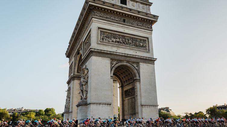 Le peloton du Tour de France autour de l'Arc de Triomphe, le 28 juillet 2019 (KARINE PIERRE / HANS LUCAS)