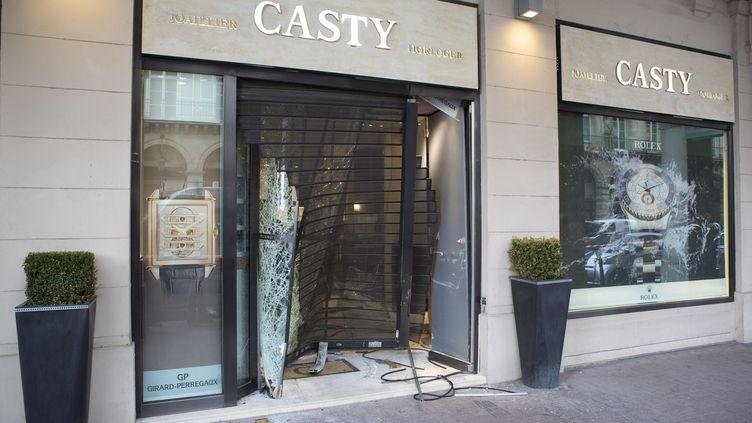 La bijouterie Casty à Paris, victime d'un braquage à la voiture-bélier, le 9 septembre 2013. (MAXPPP)