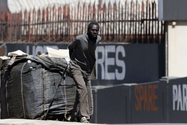Chômeur tirant des déchets recyclables qu'il va s'efforcer de vendre à Johannesburg, principale ville d'Afrique du Sud, le 4 septembre 2018 (THEMBA HADEBE/AP/SIPA / AP)
