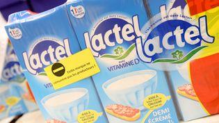 Des producteurs de lait ont étiquetté des produits laitiers de Lactalisdans l'hypermarché Carrefour du centre commercial de la Toison d'Or à Dijon (Côte-d'Or), le 30 août 2016. (MAXPPP)