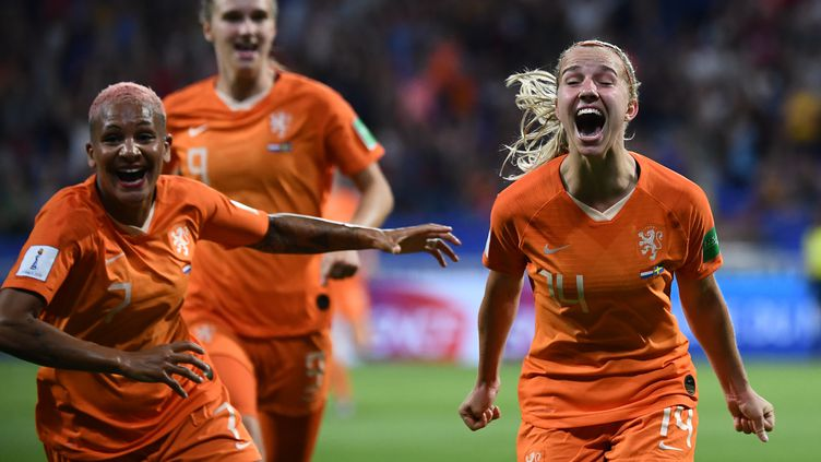 La Néerlandaise Jackie Groenen célèbre son but en demi-finale de la Coupe du monde féminine de football, face à la Suède, mercredi 3 juillet, à Lyon. (FRANCK FIFE / AFP)