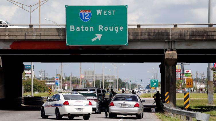 Des voitures de police bloquent une route près d'une fusillade à Bâton-Rouge, en Louisiane (Etats-Unis), le 17 juillet 2016. (JOE PENNEY / REUTERS)