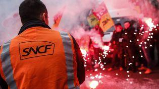 Des cheminots en grève manifestent à Paris, le 23 mars 2018. (MAXPPP)