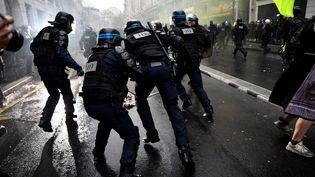 Des policiers en intervention lors d'une manifestation contre le projet de réforme des retraites, à Paris, le 9 janvier 2020. (JULIEN MATTIA / ANADOLU AGENCY)