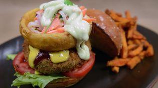 Un Miss Nissei veggie burger, proposé en octobre 2015 dans un restaurant branché de Lima, au Pérou. (CRIS BOURONCLE / AFP)