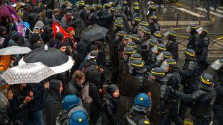 Des manifestants contre le projet de réforme du Code du travail font face aux forces de l'ordre, le 31 mars 2016 à Paris. (DENIS PREZAT / AFP)