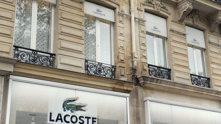 La façade d'un magasin Lacoste, à Paris. (ERIC PIERMONT / AFP)
