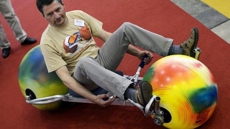 """L'Allemand Ulli Boehme a inventé le """"Ball Rider"""". C'est une espèce de karting, monté sur des ballons, qui permet de dévaler les pentes et même de naviguer sur les cours d'eau. (FABRICE COFFRINI / AFP)"""