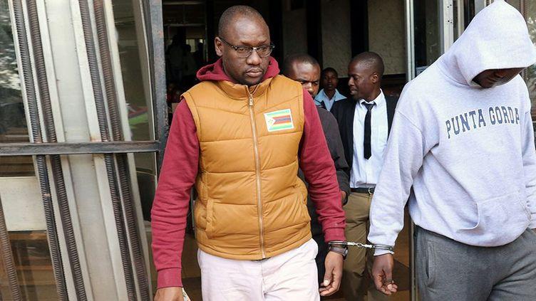 Le pasteur Evan Mawarire arrivant menotté au Palais de justice de Harare, en juin 2017. (Philimon BULAWAYO / REUTERS)