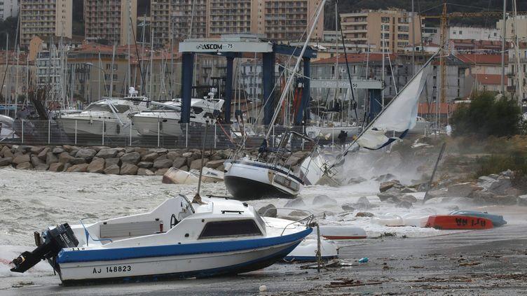 La tempête a touché le port d'Ajaccio où des navires se sont échoués. (JEAN-PIERRE BELZIT / MAXPPP)