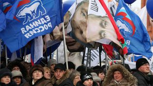 Des partisans de Vladimir Poutine célèbrent sa victoire à la présidentielle aux abords du Kremlin à Moscou (Russie), le 5 mars 2012. (ALEXEY SAZONOV / AFP)