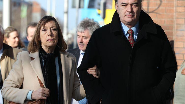 Ian Bailey arrive avec sa compagne à la Cour suprême irlandaise, à Dublin, le 1er mars 2012. (PETER MUHLY / AFP)