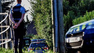 Des gendarmes devant la maison du principal suspect dans l'affaire de la disparition de Maëlys, le 5 septembre 2017 à Domessin (Savoie). (JEFF PACHOUD / AFP)