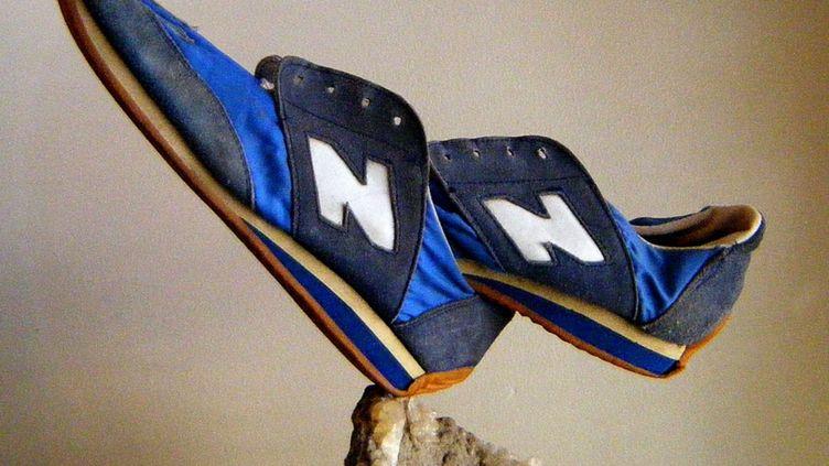 Une paire de chaussure de la marque New Balance mis en équilibre par l'artiste Bill Dan Rock. (REX FEATURES / SIPA)
