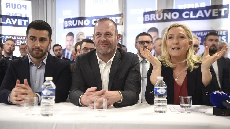 Le maire d'Hénin-Beaumont, Steeve Briois, et la présidente du Rassemblement national, le 29 février 2020, lors d'une réunion publique à Lens (Pas-de-Calais). (FRANCOIS LO PRESTI / AFP)