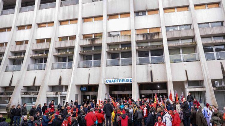 Les fans et les journalistes massés devant l'hôpital où Schumacher est dans le coma (DAVID EBENER / DPA)