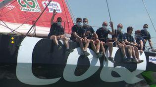 Les pilotes de la Patrouille de France posent tout sourire sur le bateau de Yannick Bestaven. (France 3 Atlantique)