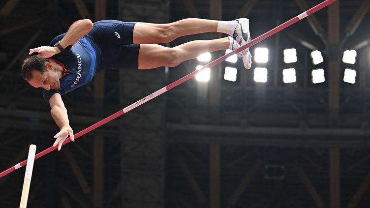 Renaud Lavillenie lors des qualifications pour la finale du saut à la perche, le 31 juillet 2021, aux Jeux olympiques de Tokyo (Japon). (BEN STANSALL / AFP)